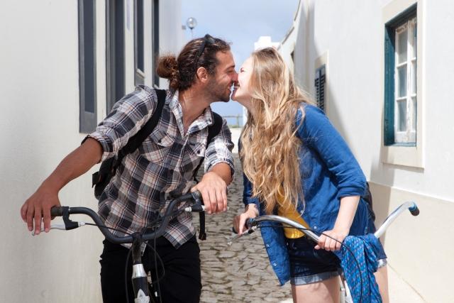 自転車に乗る笑顔のカップル