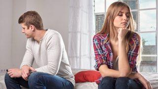 悩む女性とそっぽを向く男性