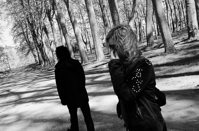 男性の背中を見つめる女性